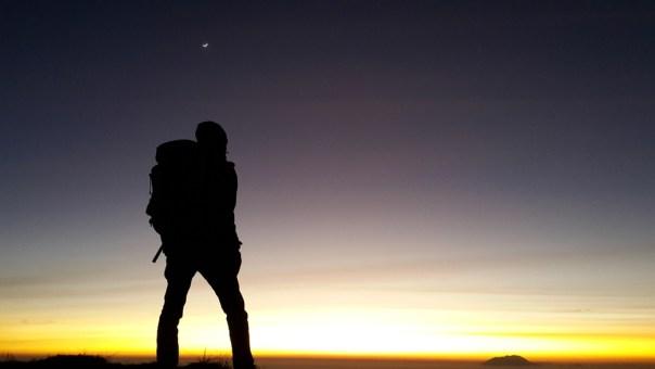 Menikmati subuh di puncak syarif, berlatarkan langit malam yang bergradasi ke pagi