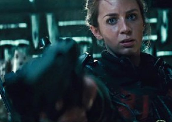 edge-of-tomorrow-emily-blunt-shoots-tom-cruise-in-the-face