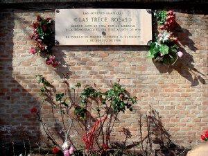 Monumento a las Trece Rosas, en el cementerio de la Almudena de Madrid. Crédito: Wikimedia Commons