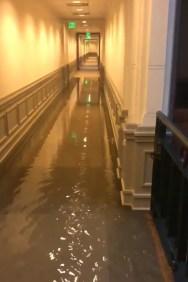水从德州国会大厦扩建部分的内部走廊冲下来