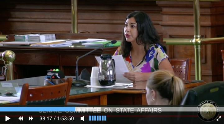 亚历杭德罗·洛佩兹坐在参议院桌前作证.