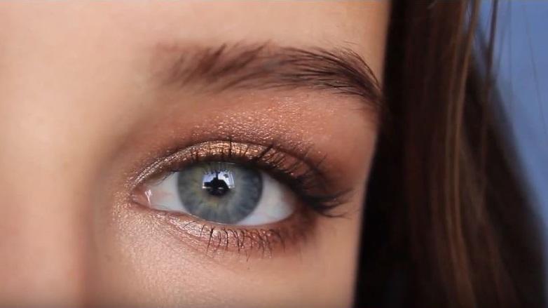 como maquillar ojos azules caídos