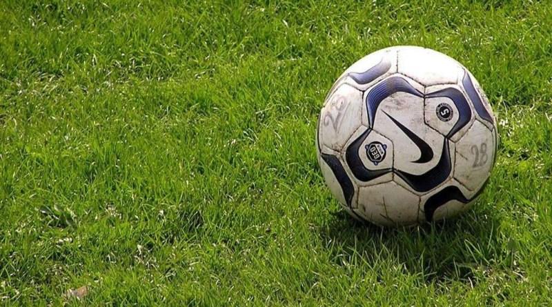 cesped-pelota-futbol