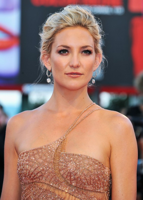 2 734x1024 Celebrity Images: Actress Kate Hudson is Gorgeous in Atelier Versace Gown & Faberge Jewelry