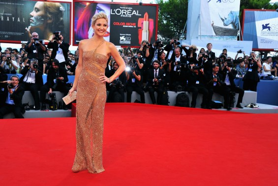 4 1024x688 Celebrity Images: Actress Kate Hudson is Gorgeous in Atelier Versace Gown & Faberge Jewelry