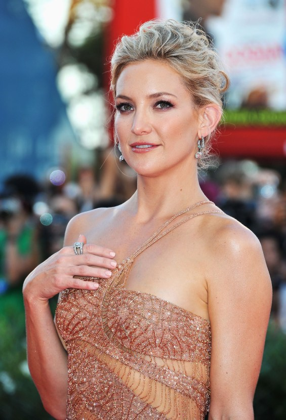 5 698x1024 Celebrity Images: Actress Kate Hudson is Gorgeous in Atelier Versace Gown & Faberge Jewelry
