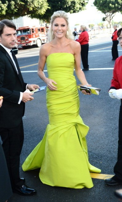 ilCVHvU2KQpl 1 Celeb Images: Julie Bowen Stuns in Yellow and Emmy Red Carpet Fashion Favorites!
