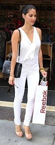 messagepart2 Celeb Fashion Find: Actress Olivia Munns White Bow Top!