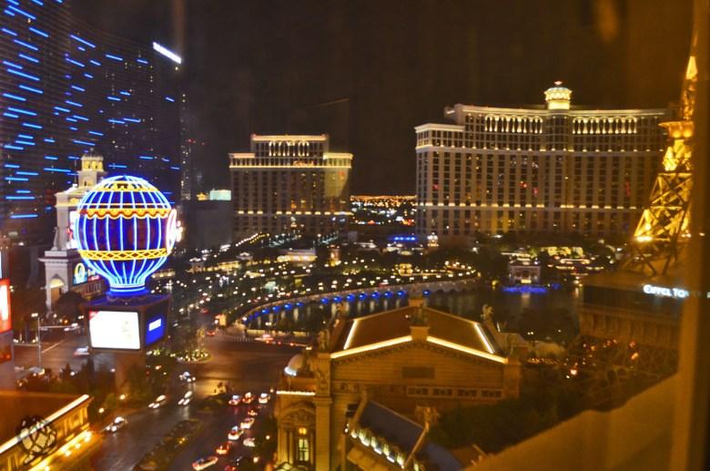 Paris Hotel vista quarto noite