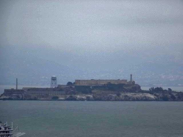 Alcatraz olhando da ponte.
