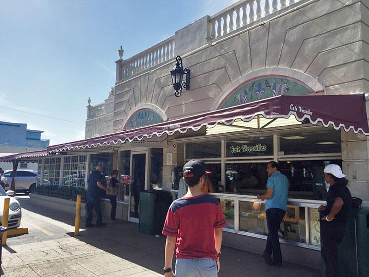 Fachada do Versailles Restaurant em Littel Havana em Miami