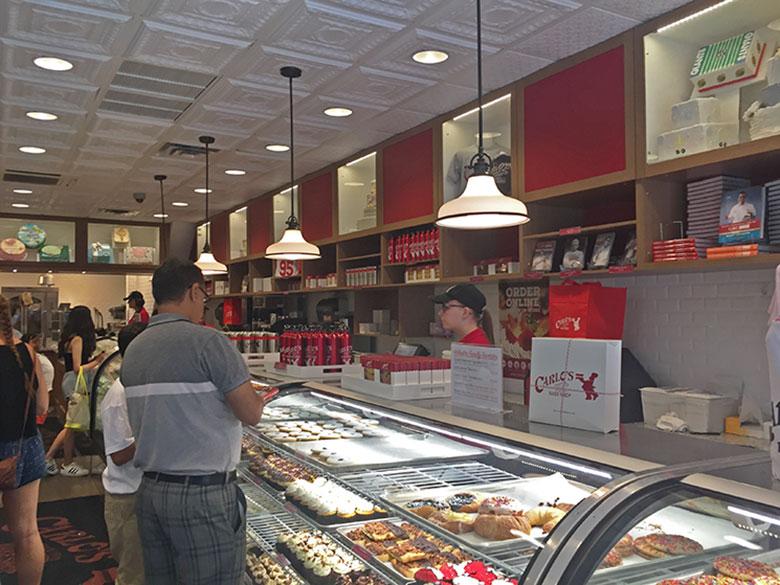 Interior da Carlo's Bake Shop em New Jersey