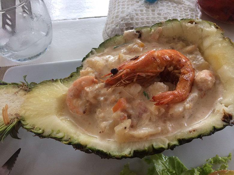 Camarão servido no abacaxi no Cantina Jeri