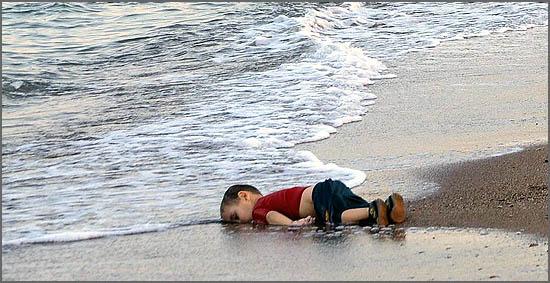 Uma criança jaz nas praias europeias...