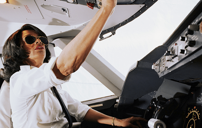Becas para estudiar piloto comercial: prepárate como profesional de la aviación