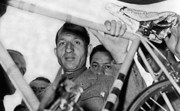 © LaPresse Marzo 1952 Archivio Storico Gino Bartali Nella foto: GINO BARTALI alla punzonatura della Milano-Sanremo Neg. 28584