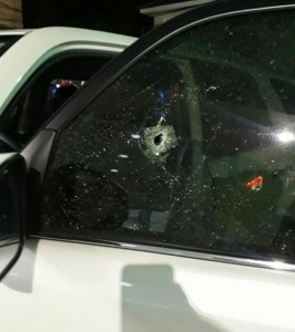 Un cristal de la parte delantera de la yipeta de Abreu y otro trasero resultaron rotos con los disparos de los delincuentes.