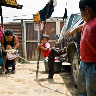 guatemala chaos kids duenas laundry