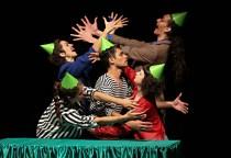 Cenas do espetáculo teatral (.dentro) -  uma narrativa sobre uma família que vive em uma casa de onde apenas o pai pode sair e que tem uma regra fundamental: Se vocês permanecerem dentro, estarão protegidos. foto Cecília Bastos/Usp Imagens