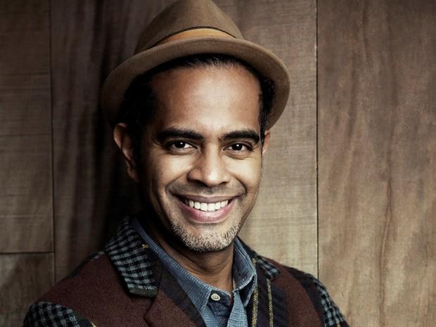 Cantor Jair Oliveira apresenta canções de várias fases da carreira na Concha Acústica
