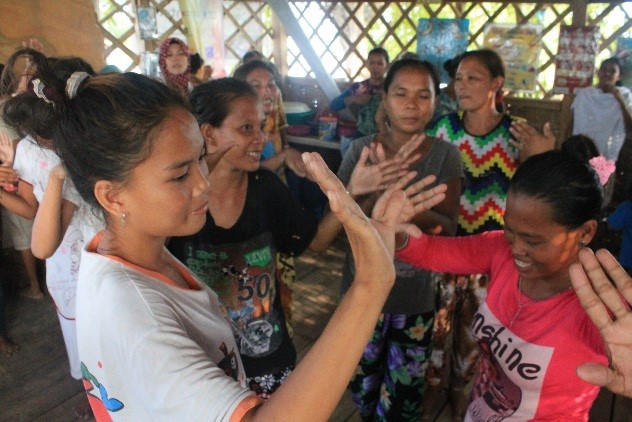 Parents enjoy the Hundung-Hundung Bayla game during the community's Hariraya celebration