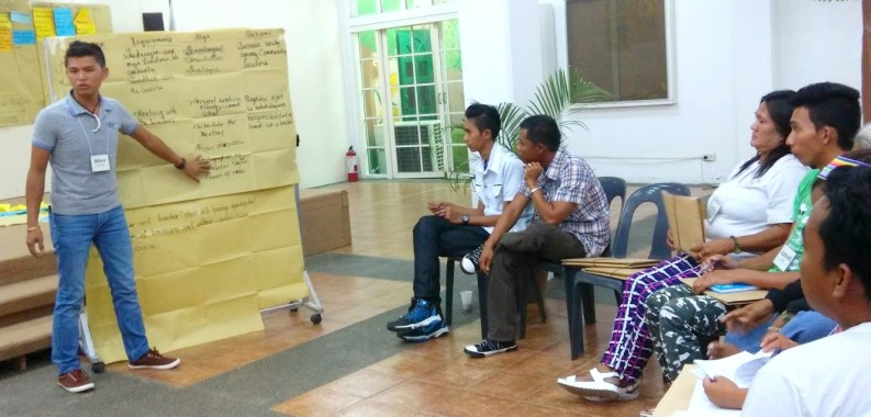 Mike Onduran, community organizer at Sinakungan, Agusan del Sur, shares with other participants his output from the community assessment session.
