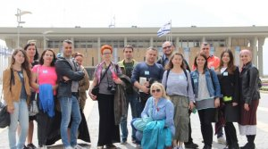 Polish-Purim-seminar-13-group-in-front-of-Knesset