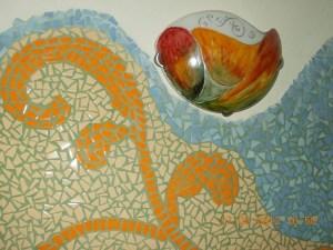 mozaic ceramic in casa din chirpici