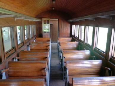 dentro de um trem antigo