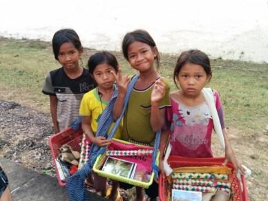 crianças cambojanas