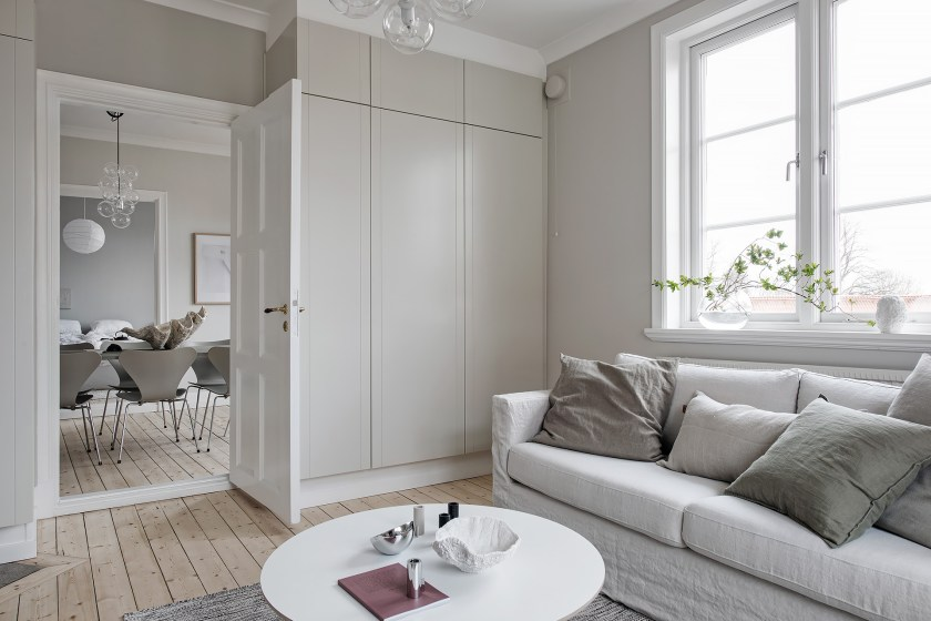 I wish I lived here: white and light grey create a calm interior