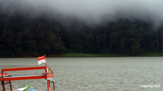 Pemandangan di sekitar Situ Patenggang terasa begitu hijau dan adem