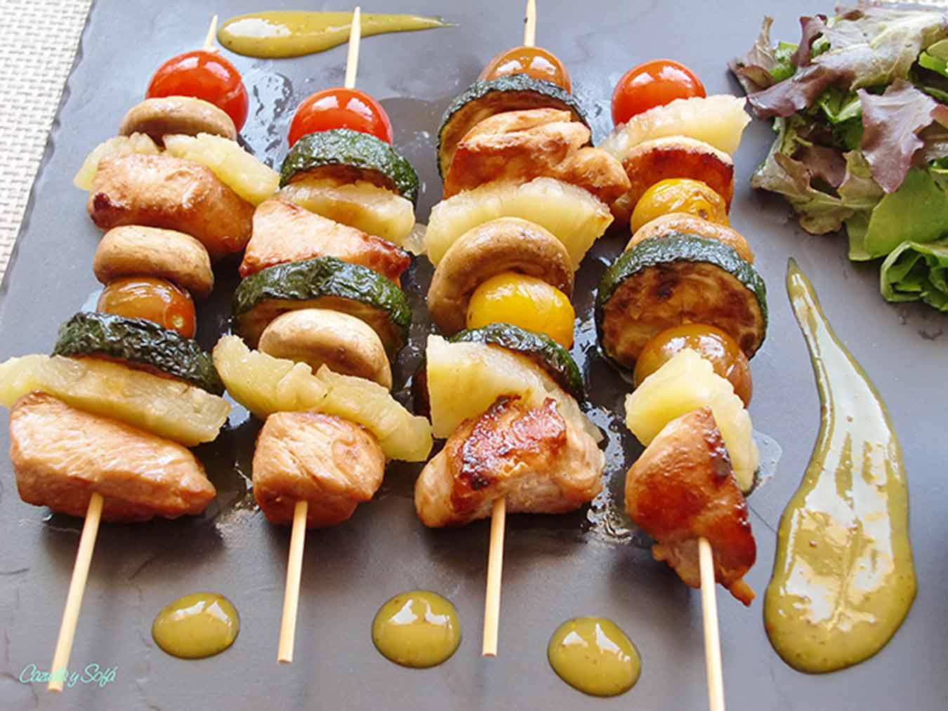 Brochetas-de-pollo-con-verduras-y- salsa-de-miel-y-mostaza