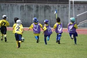 男の子、女の子、みんながボールに集中!