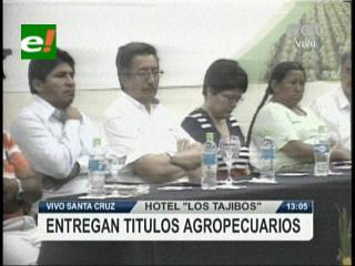 Gobierno entrega títulos de propiedad de tierra a productores de Santa Cruz