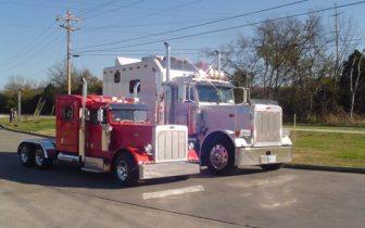 Petite Peterbilt Semi Truck