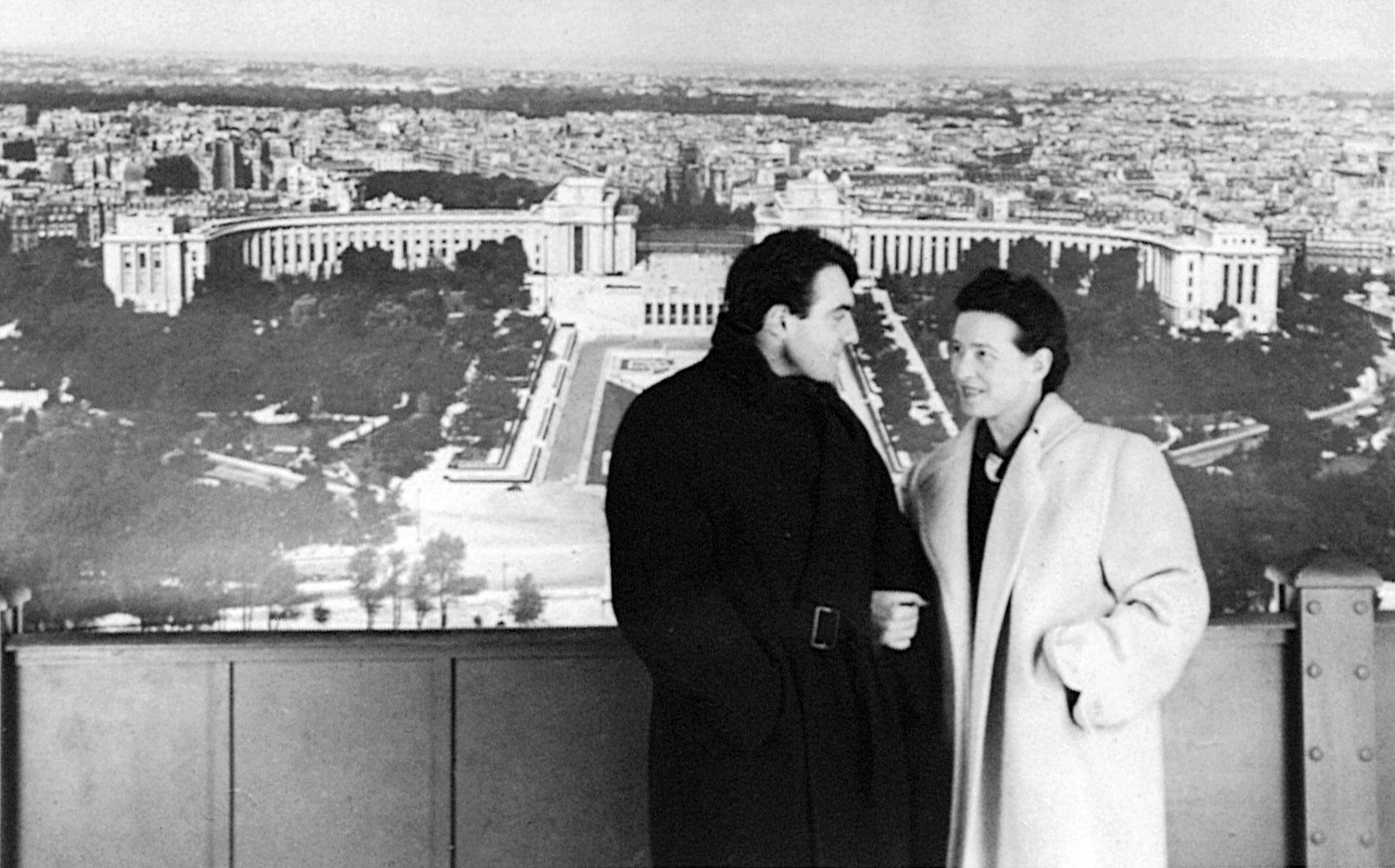 OSCAR     NOMINEE CLAUDE LANZMANN  SPECTRES OF THE SHOAH DEBUTS MAY 2 Photo  Claude Lanzmann and Simone de Beauvoir  Courtesy of HBO   Please  note this is a promotional photo for press only