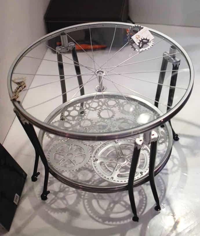 Une belle table basse entièrement en pièces de vélo.