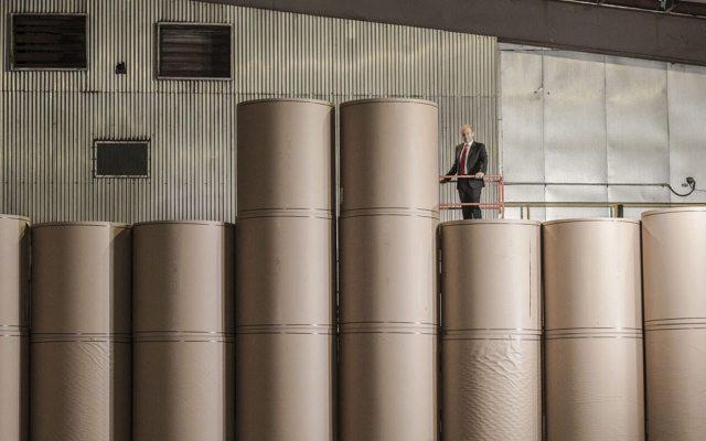 Anthony Pratt posa entre rollos de papel de 270 metros, fabricados enteramente de materiales reciclados. (Foto: Jamel Toppin para Forbes.)