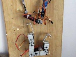 MonkeyBot - 3 servo climbing robot