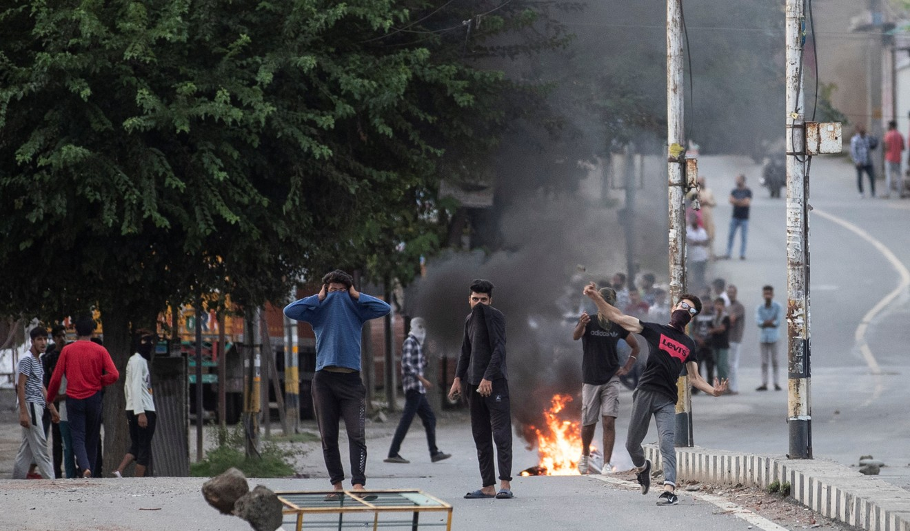 Kashmiri residents throw stones towards Indian security forces in Srinagar. Photo: Reuters