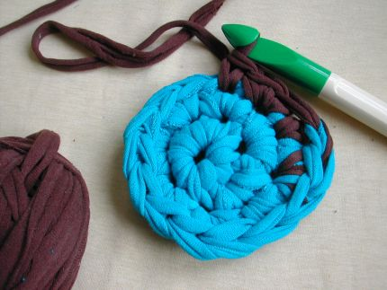 How to crochet a rag rug from old t shirts make for How to make rugs out of old t shirts