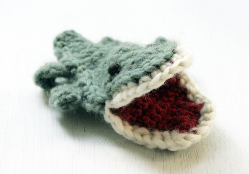 knitted-croc-finger-puppet-1
