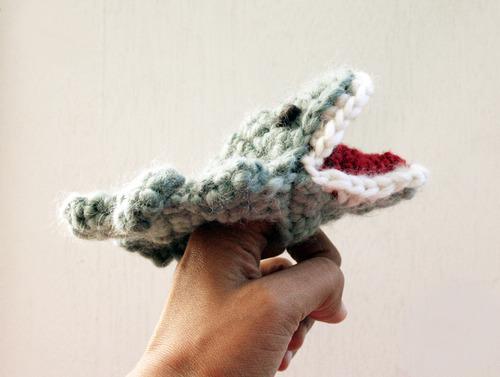 knitted-croc-finger-puppet-2