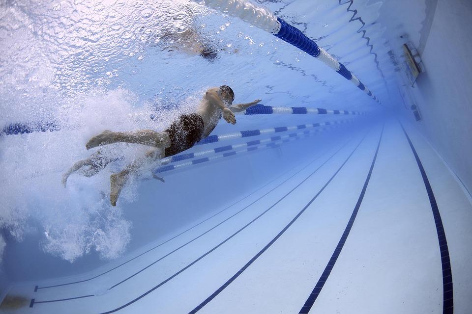 プールで泳ぐ男性