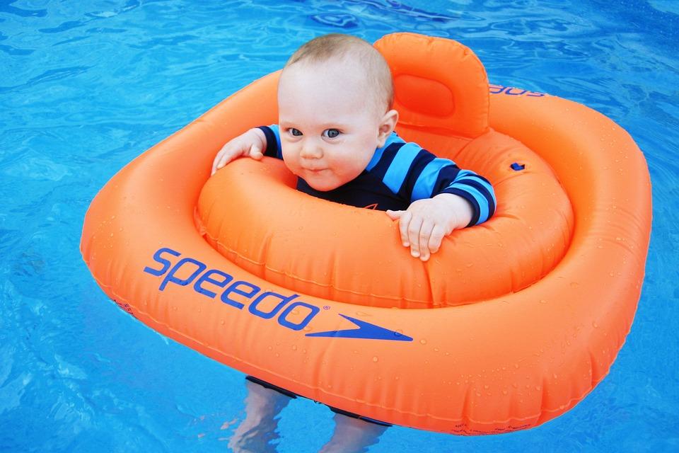 プールで泳ぐ赤ちゃん