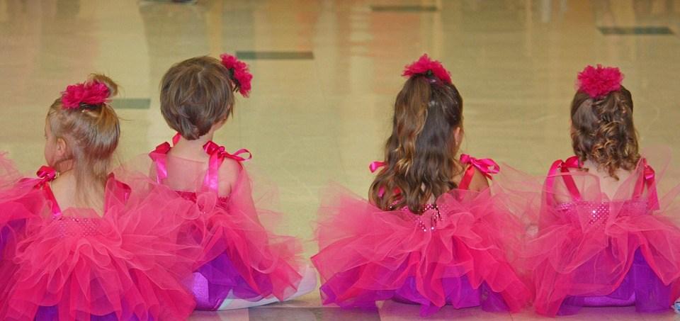 バレエの衣装を着た女の子達