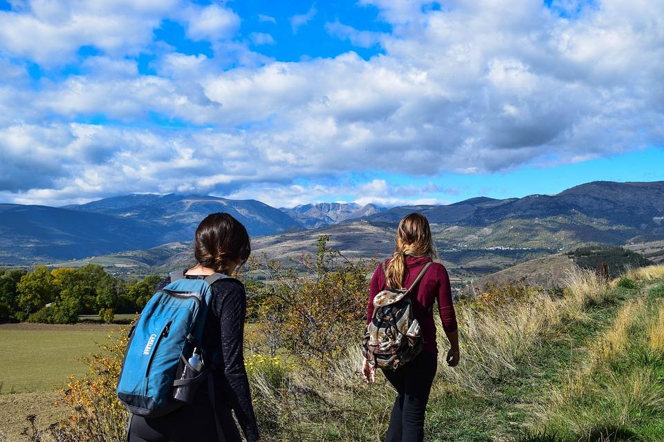 ハイキングをする2名の女性