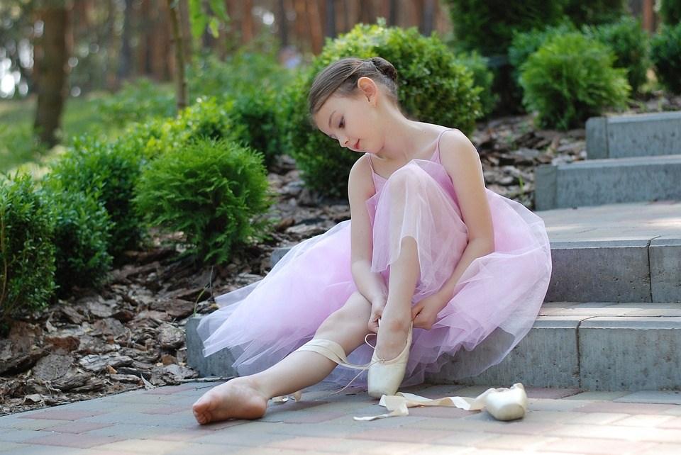 バレエの準備をする女の子