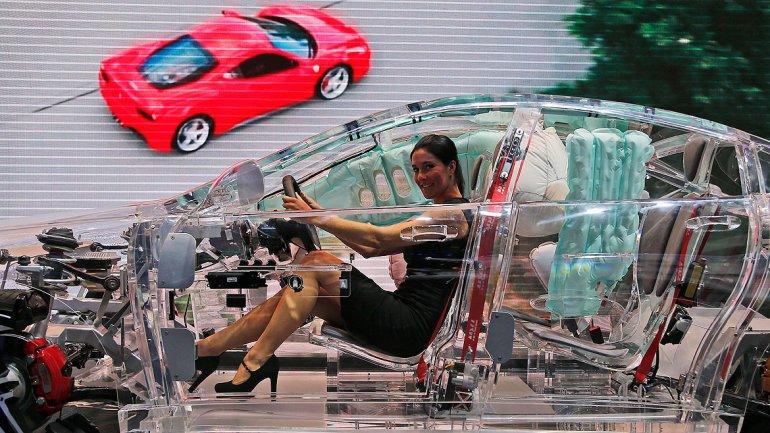 El coche de cristal está en exhibición en el stand de TRW, un líder mundial en sistemas de protección de automóviles.